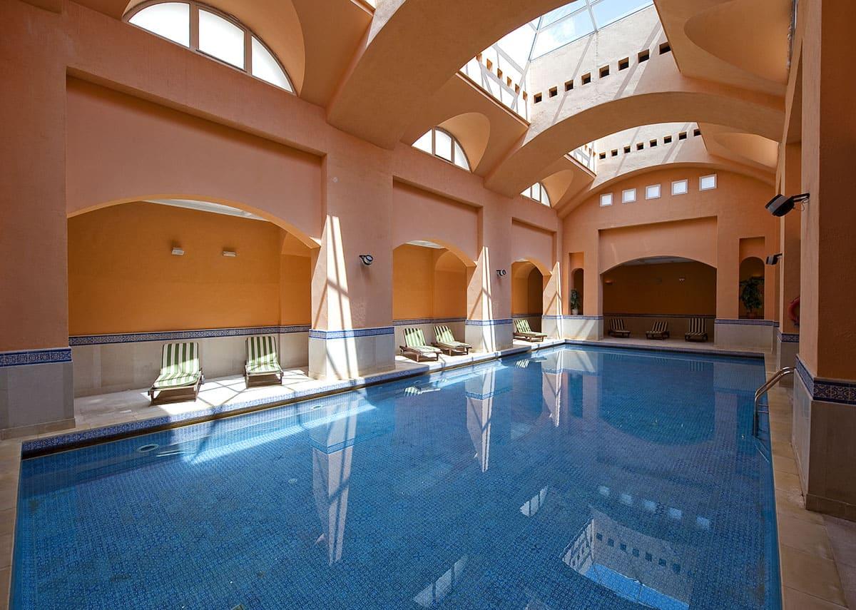 Nagez quelques brasses dans notre piscine couverte et chauffée, offrez-vous une pause farniente sur les transats et appréciez un vrai moment de détente dans cet espace naturel dédié au bien-être. Située dans le bâtiment principal de Dar Elmédina, vous trouverez la  piscine intérieure chauffée avec ses grandes fenêtres en arc pour une grande luminosité et un paisible  sentiment de détente à l'horizon. Vous n'avez plus qu'à emporter votre maillot de bain.